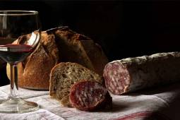 corvin-hotel-budapest-gasztronomia-bor-kenyer-szalami.jpg